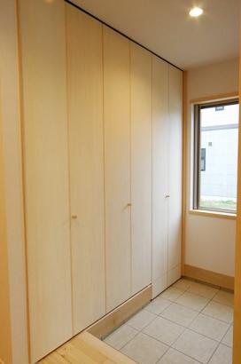 床も建具も無垢材の家 玄関収納