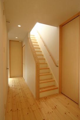 床も建具も無垢材の家 階段