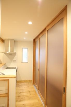 キッチン収納は大きな造作戸でまるごと隠してスッキリと。