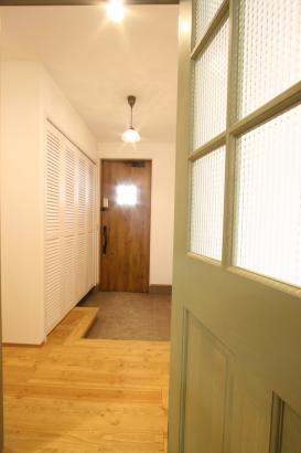 玄関収納はルーバータイプで可愛らしく。