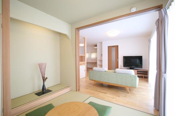 リビングから続く和室。寝そべりたくなりそうな居心地の良さ。
