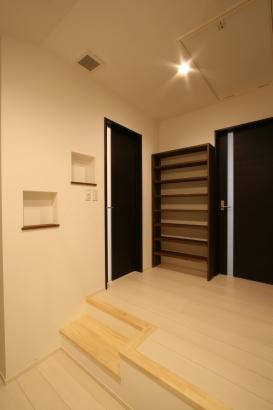 2階ホールに可動式の本棚をつけました
