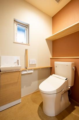 トイレはご両親の介護のことを考慮して広めに設計♪
