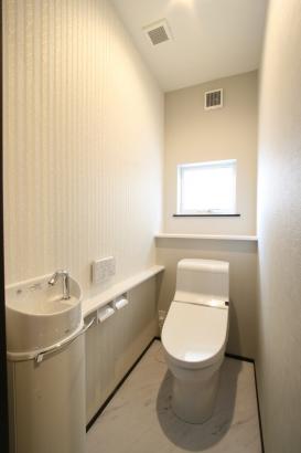 1Fトイレ。2Fトイレとは雰囲気が大きく異なり、ホテルのような気品あふれるデザインに♪