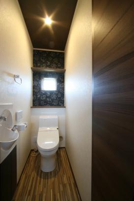 1Fトイレ。スヌーピーのクロスがとってもかわいいです♪床の色ともマッチしていてオシャレな空間に仕上っています!