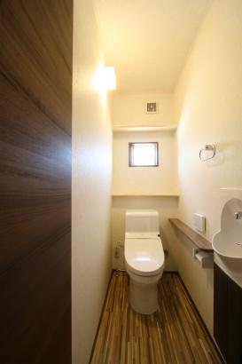 2Fトイレ。1Fとは雰囲気がガラリと変わりました!床はそのままで、落ち着いた空間になっています♪