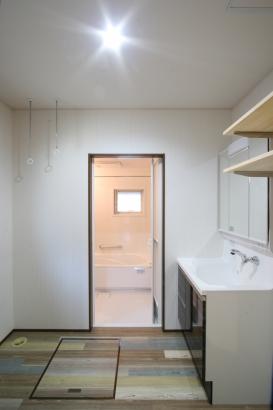 洗面脱衣所:キッチンのすぐ横には洗面脱衣所があり、スムーズな家事導線となっています♪