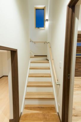 限られた敷地ながら階段横には物置を完備